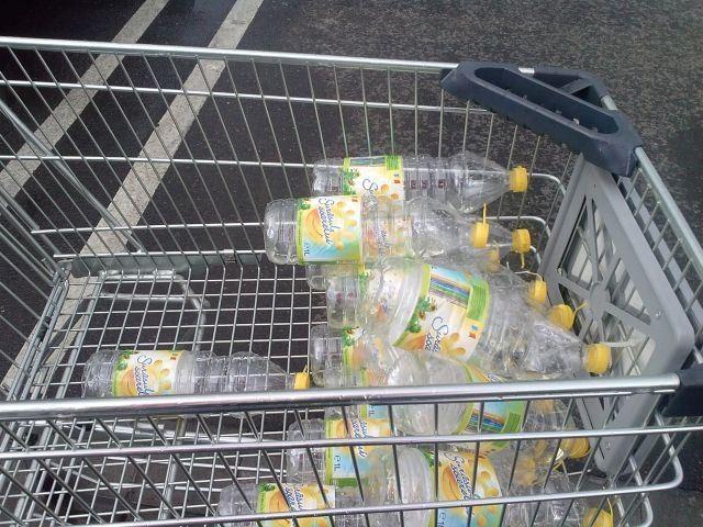 Sticle de ulei in parcarea de la Kaufland